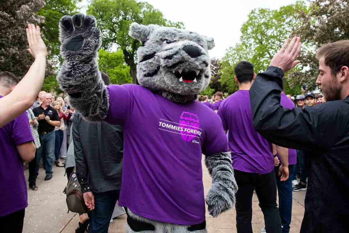 tommie mascot high-fives students